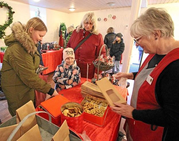 I Julestuen kunne man købe lækre småkager. Her er det Edith Bech Riemer fra Lions, der står for salget. Foto: Jørgen Ingvardsen