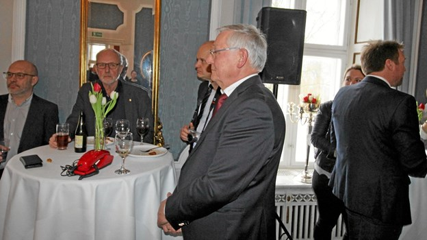 Keld Pedersen lytter her til nogle af de mange rosende ord, der lød fra talerstolen. Foto: Jørgen Ingvardsen Jørgen Ingvardsen