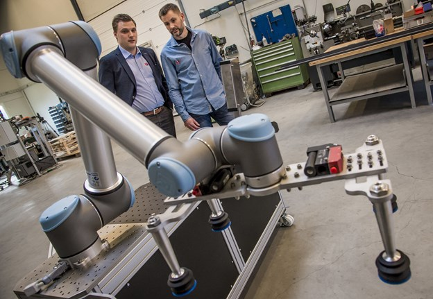 De to grundlæggere af Technicon, Casper Hansen (tv.) og Jakob Rømsgaard, ved et modulbord med en enkelt robot på. Torsdag aften blev virksomheden kåret som Nordjyllands mest innovative. Arkivfoto: Martin Damgaard