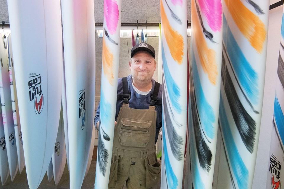 Rasmus Fejerskov fortæller, at de mange surfboards på førstesalen bliver af høj kvalitetet, og blandt andet kommer fra Spanien og Tyskland. Foto: Peter Mørk