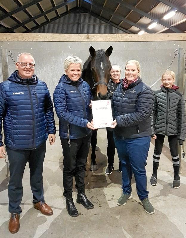 - Vi siger tusind tak til fonden, for uden støtte kan vi ikke finde midlerne til at foretage køb af heste, siger Trine Henriksen, der er formand for Han Herred Hestesportsklub, som har fået 22.000 kroner af Fonden for Sparekassen Himmerland til indkøb af en ny elevhest. Privatfoto