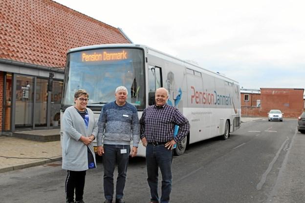 Formand Lene Haugbølle sammen med næstformændene Lindy Mortensen og Alex Pedersen foran pensionsbussen. Foto: Martin Glerup