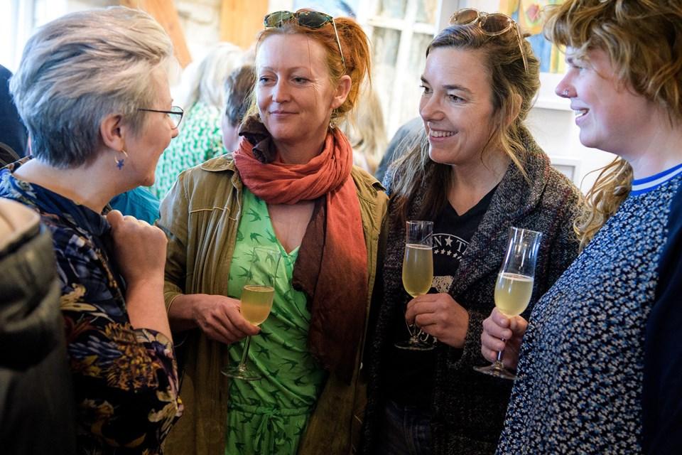 Kunstgruppen Rock the Boat får en snak med Lillian P. Hansen. Foto: Bo Lehm