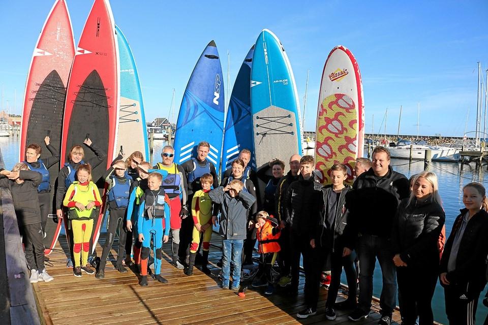 Mange af SUP Sæbys 45 medlemmer var mødt op for at tage imod Spar Nords donation samt træne.