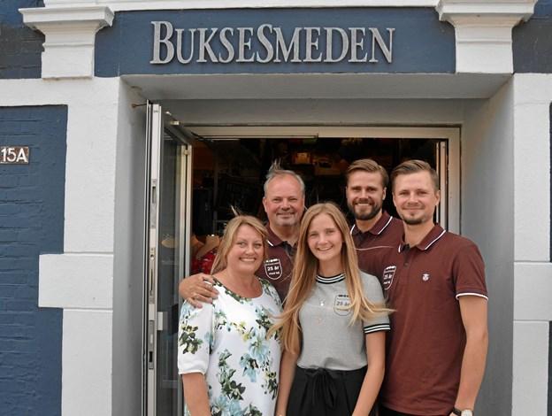 Jørgen Berg Højslet åbner ny Tøjeksperten i Fjerritslev i Vestergade 6. Her står han sammen med sin familie; datteren Mathilde, sin kone Bettina, sønnen Mathias, som vil stå for den nye butik, samt sønnen Martin. Privatfoto