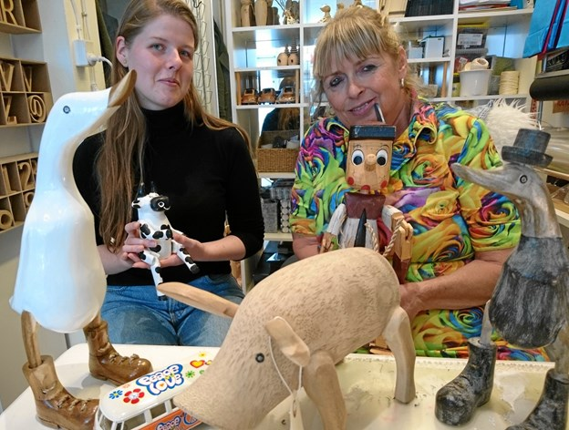 Maria Glintborg (til venstre) kigger ind hos Geisler Art nogle gange om ugen, hvor hun på frivillig basis gerne giver en hånd med.