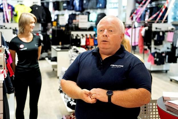 Alle ventede i åndeløs spænding indtil kl. 16, hvor butikschef i Sportmaster, Søren Ebdrup, kaldte AaB-spillerne ind i de ny trøjer. Foto: Lars Pauli