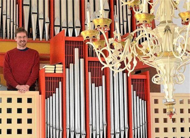 Organist Asbjørn Høgholm spiller nordtysk orgelbarok på Løgstør Kirkes orgel. Foto: De 12 Kirker