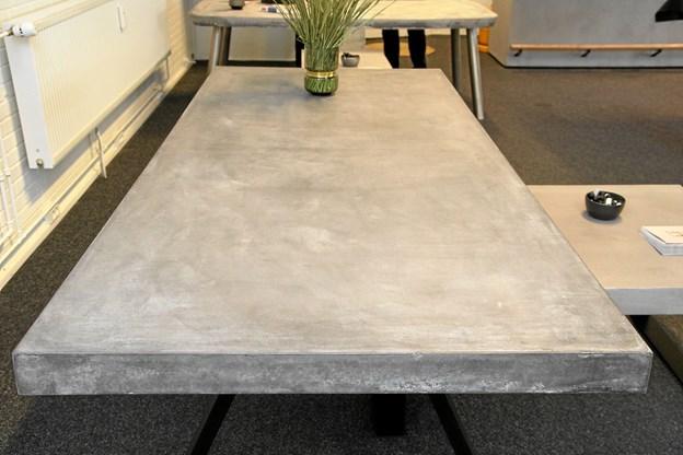 Betonbordene vejer mellem 80 og 100 kilo. Foto: Flemming Dahl Jensen Flemming Dahl Jensen