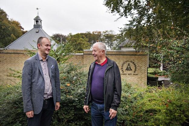 Lars Dam Christensen og Knud Mørk Jensen fra logens ejendomsudvalg følger og støtter renoveringsprojektet på tæt hold. Foto: Hans Ravn
