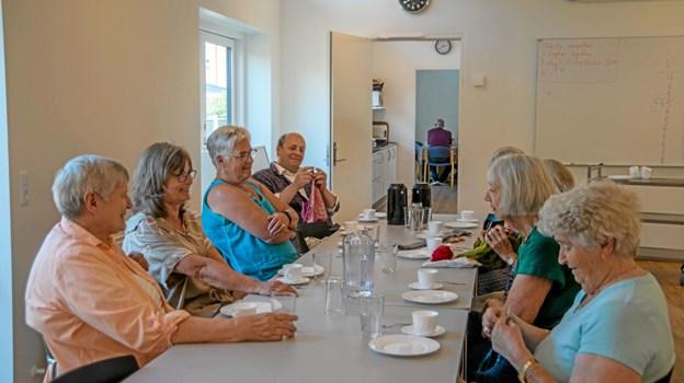 Strikkeklubben mødes i lige uger i sognehuset i Løgstør. Alle er velkommen. Foto: Mogens Lynge