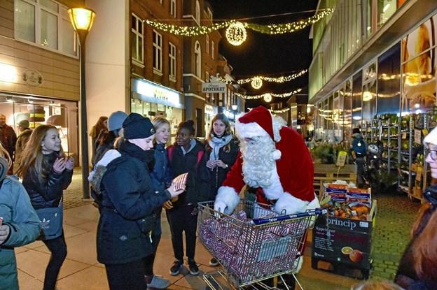 Og så lidt mere julemand. Her får nogle meget store børn en slikpose. Foto: Ole Iversen Ole Iversen