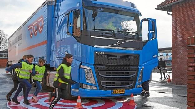 Rigtige lastbiler tager del i undervisning, når Hvilsom Friskole får besøg på onsdag. Privatfoto