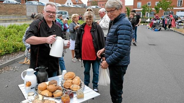 Claus Fiehn serverede kaffe og Jane Sko bød på rundstykker. Foto: Niels Helver