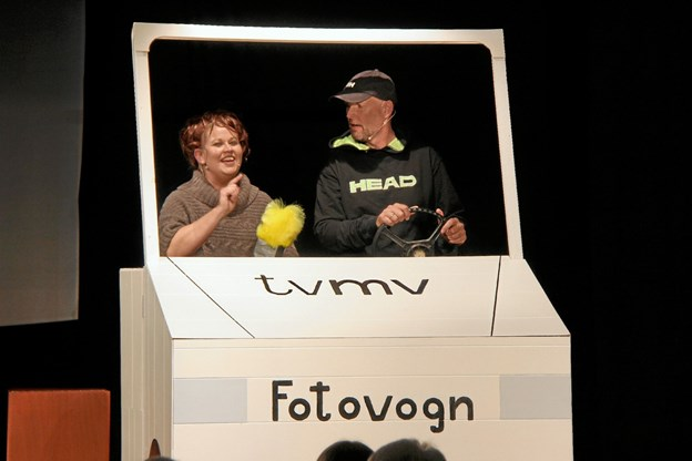 TV-Midt/Vest's kendte fotovogn havde man fra revyens side også taget under behandling. Her er det Vibeke Nipper og Anders Toft Bro i skikkelse af Kirsten Madsen og Uffe Appelon Petersen. Hans B. Henriksen