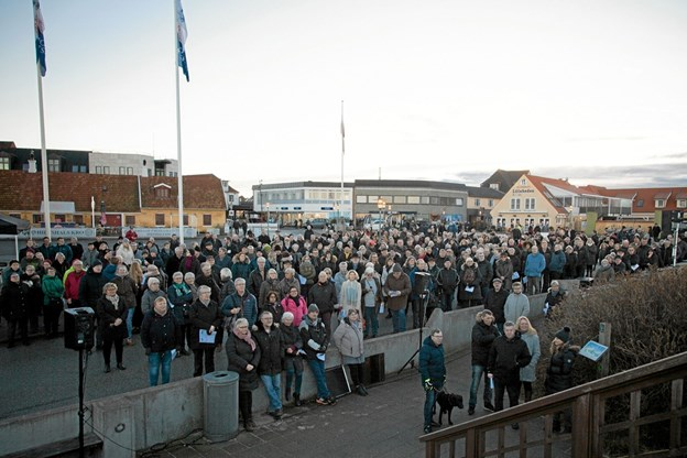 Den Grønne Plads i Hirtshals var fyldt med forventningsfulde gæster, der skulle være med til at blæse Hirtshals by 100 års Jubilæum i gang. Foto: Peter Jørgensen Peter Jørgensen