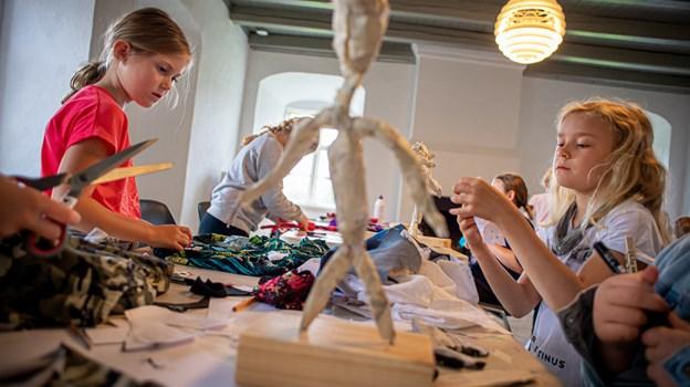 Clara Sofie Larsen, Fjerritslev (th) og Signe Vestergaard, Aabybro arbejder koncentreret.