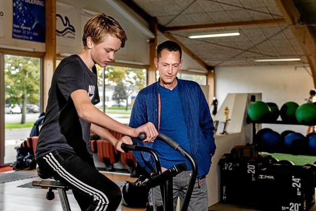 Tobias Jensen her sammen med sin far Mikkel Jensen. Tobias er i gang med sit andet år i en talentsportsklasse.Privatfoto