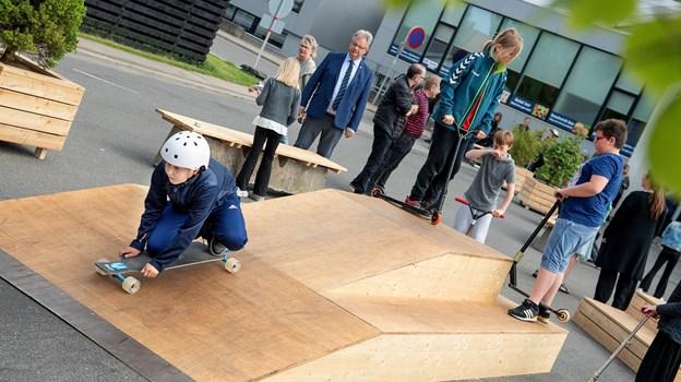 De nye faciliteter foran DGI-huset blev straks taget i brug af eleverne fra Aabybro Skole, der var inviteret til indvielsen. © Lars Pauli