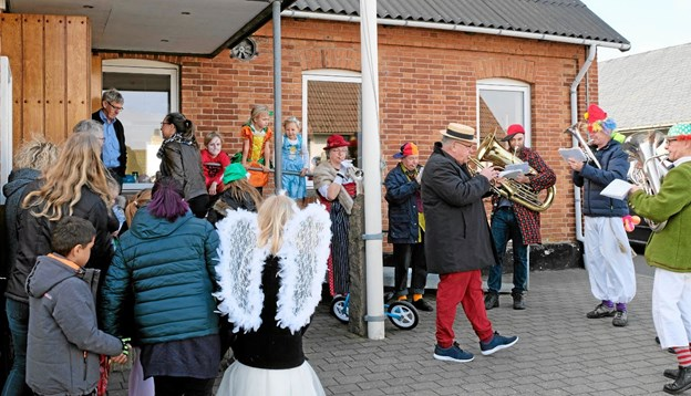 Underholdningsorkestret Vendia spiller velkomstmusik foran Forsamlingshuset. Foto: Niels Helver Niels Helver