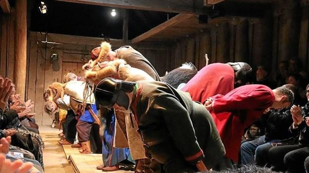 Den klassiske attiude efter tæppefald - spillerne bukker for det klappende publikum. Picasa