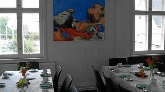 Kunst og kaffebord på Kvissel Station.Privatfoto