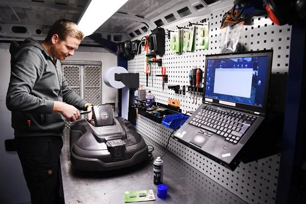 Der er kommet hjul under værkstedet, så man kan servicere maskinerne på stedet, Foto: Bent Bach. Bent Bach