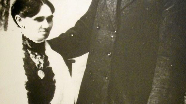 """Erhardt Mundeling, født 1860 i Sverige som søn af en skærsliber, boede i sin ungdom i Sømosen. Han ernærede sig med at optræde for folk. Det gjorde han sammen med sin kone, Justine. Efterhånden tjente de så mange penge, at de kunne købe et telt og starte """"Cirkus Mundeling"""". Privatfoto"""