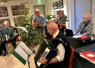 Biecentrets Husorkester spiller op til julesange 12. december. Privatfoto