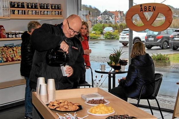 På åbningsdagen blev der budt på kaffe, kransekage, cherry til kunderne. I baggrunden cafearrangementet hvor man kan sidde og nyde bl.a en kop frisklavet kaffe og brød. Hans B. Henriksen