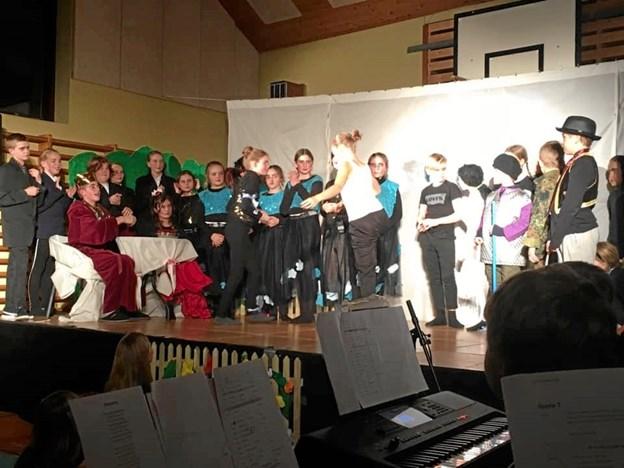 Mange aktører var på scenen i årets elevmusical på Gregers Krabbe Friskolen. Privatfoto