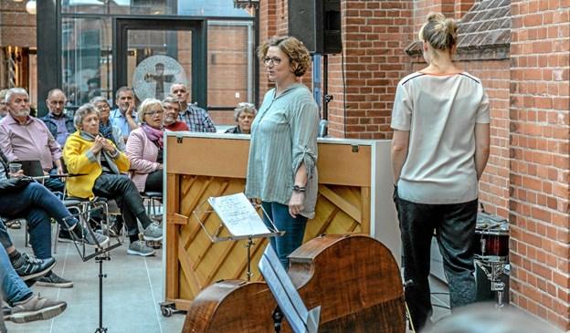 Sognepræst Pernille Vigsø Bagge bød de knap 60 fremmødte velkommen til cafekoncert i foyeren i Løgstør Sognehus i anledning af sognehusets 1. års fødselsdag på mandag den 13. maj. Foto: Mogens Lynge