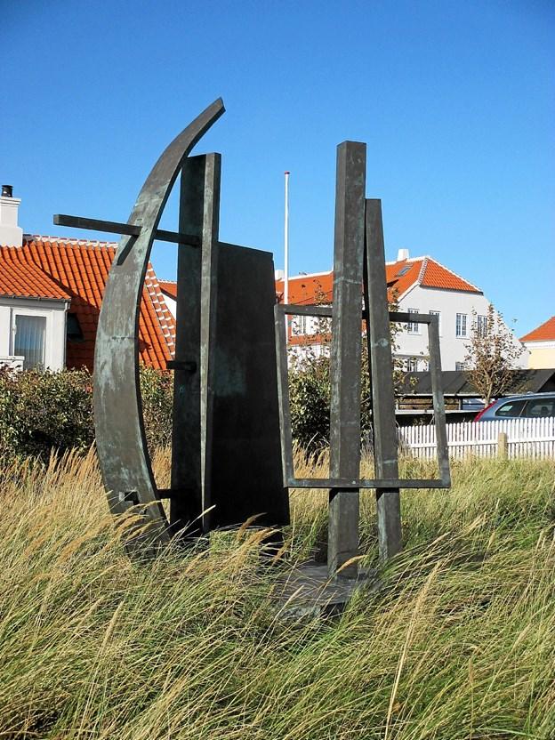 Der er både sejl og staffeli i Robert Jacobsens pragtfulde skulptur vest for Havnemesterboligen, opstillet i 2007.  Foto: Lokalhistorisk Arkiv Skagen