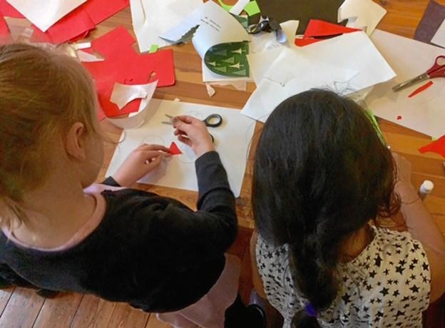 Små hænder havde sidste år travlt med at klippe julepynt på Museum Mors. Nu kommer pynten op på Fjordglimt. Private fotos.