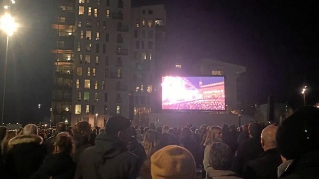 Der er sat hele tre skærme op foran Musikkens Hus.