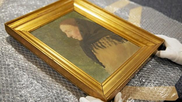 Anna Anchers portræt af skagenspigen Maren Leer er i gode hænder hos kunstkonservatoren på Skagens Museum. Foto: Skagens Kunstmuseer