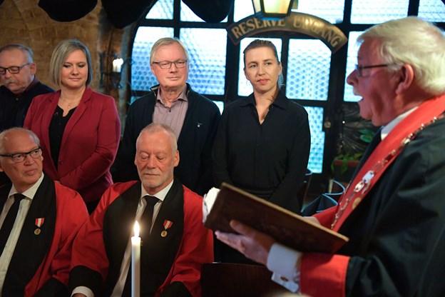 Oldermand Niels Voss Hansen, til højre, stod for den officielle optagelsesceremoni af de i alt 14 nye medlemmer af Christian den Fjerdes Laug.