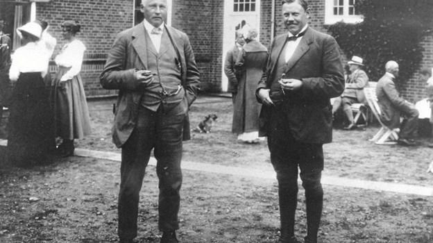 Plesner med sin højst betroede medarbejder arkitekt Kristian Jensen i gården ved Brøndums Hotel. Kristian Jensen drev selvstændig arkitektvirksomhed i Ringkøbing og senere i Holstebro, men var samtidig fast engageret i Plesners byggerier og færdiggjorde mange af hans arbejder efter Plesners død i 1933. LOKALHISTORISK ARKIV SKAGEN