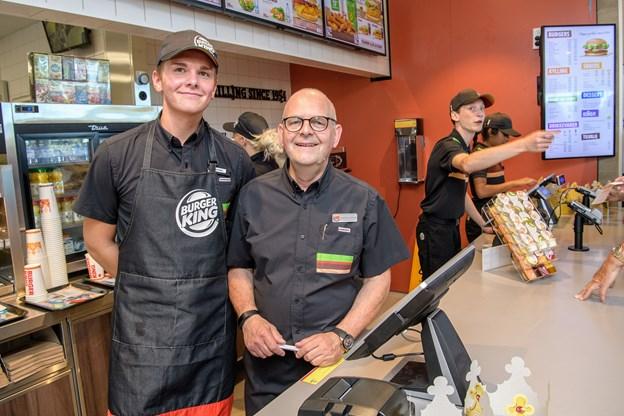 Franchisetager Morten Madsen og sønnen Jonathan bød velkommen og delte smagsprøver ud med rund hånd. Foto: Peter Broen
