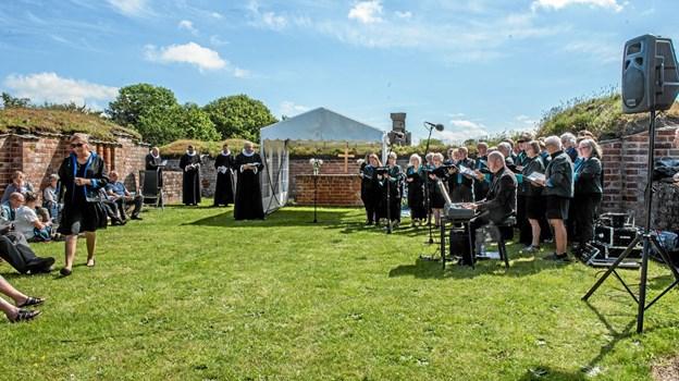 Friluftsgudstjeneste og smuk sang fra Arosia koret, under ledelse af Kim Bernt Jensen. Foto: Mogens Lynge