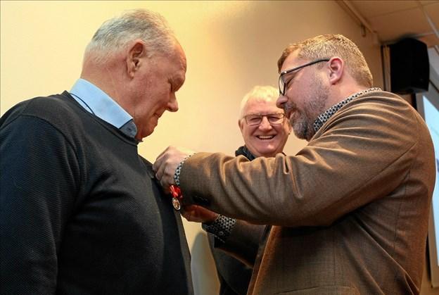 Adm. dir. Henrik Petersen dekorerer de to jubilarer med Den Kongelige Belønningsmedalje for 46 og 40 års ansættelse i HP Byg.