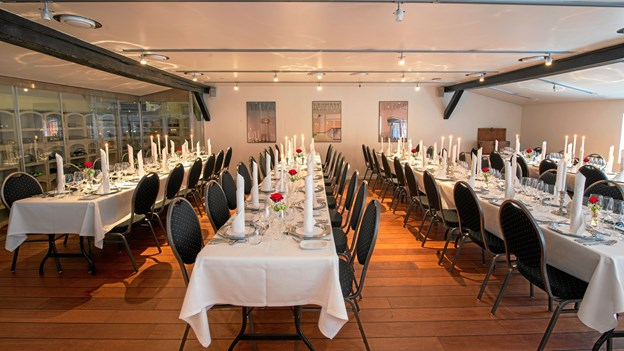 Det store og hyggelige lokale, hvor der er plads til mellem 20-110 spisende gæster. Foto Henrik Sandberg