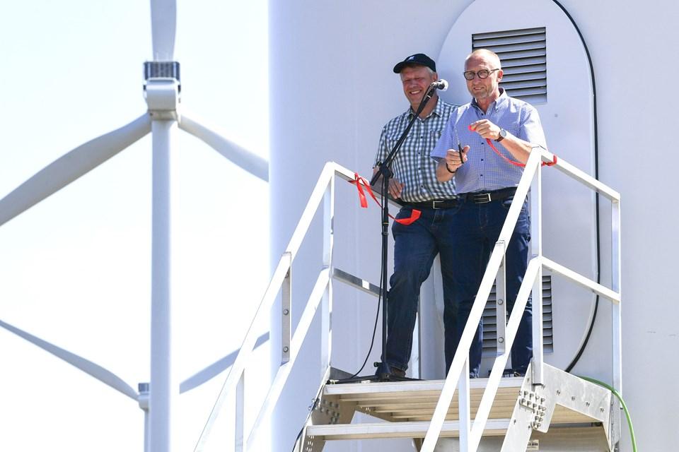 Borgmester Mogens Jespersen (th) klippede den røde snor. Søren Rasmussen fra Eurowind ser på.