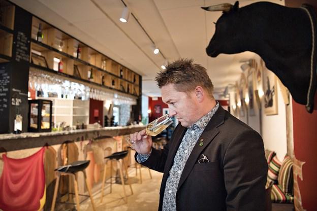 Det er vigtigt at turde tænke lidt anderledes, når der skal vin på bordet. En cava kan for eksempel sagtens drikkes med en stor, rød bøf, siger Kristian Ishøy.