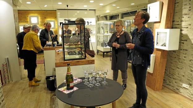 """Guldsmed Bundgaard havde onsdag aften inviteret til """"Connections-aften"""" i butikken på Storegade i Hadsund. Anni Vistisen bød gæsterne velkommen til en hyggelig aften, gæsterne var forinden tyvstartet med at handle. Foto/tekst: hhr-freelance.dk"""