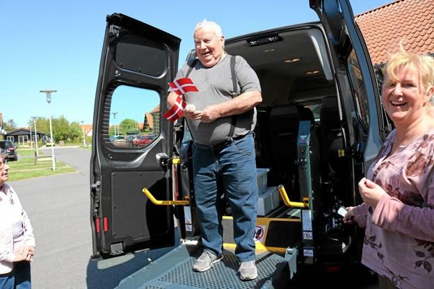 Finn Svendsen fra Østervrå var første mand på liften, der kan hæve kørestolebrugere op så de kan trille direkte ind i bussen. Foto: Tommy Thomsen Tommy Thomsen