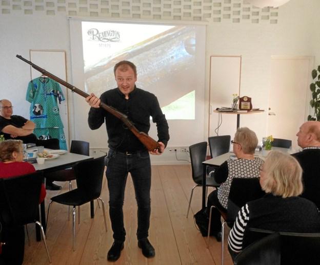 Foredragsholderen havde medbragt bl.a. Uhrenholts gevær fra missionærtiden i Nigeria. Privatfoto