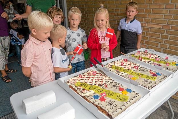 Børnene venter spændt på et stykke kage, men først skal de formelle ting overstås. Foto: Niels Helver