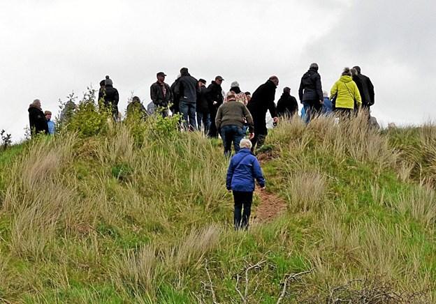 Hundrede mennesker stred sig til toppen af Bjerget for at overvære højtideligheden ved mindestenen Foto: Ejlif Rasmussen Ejlif Rasmussen