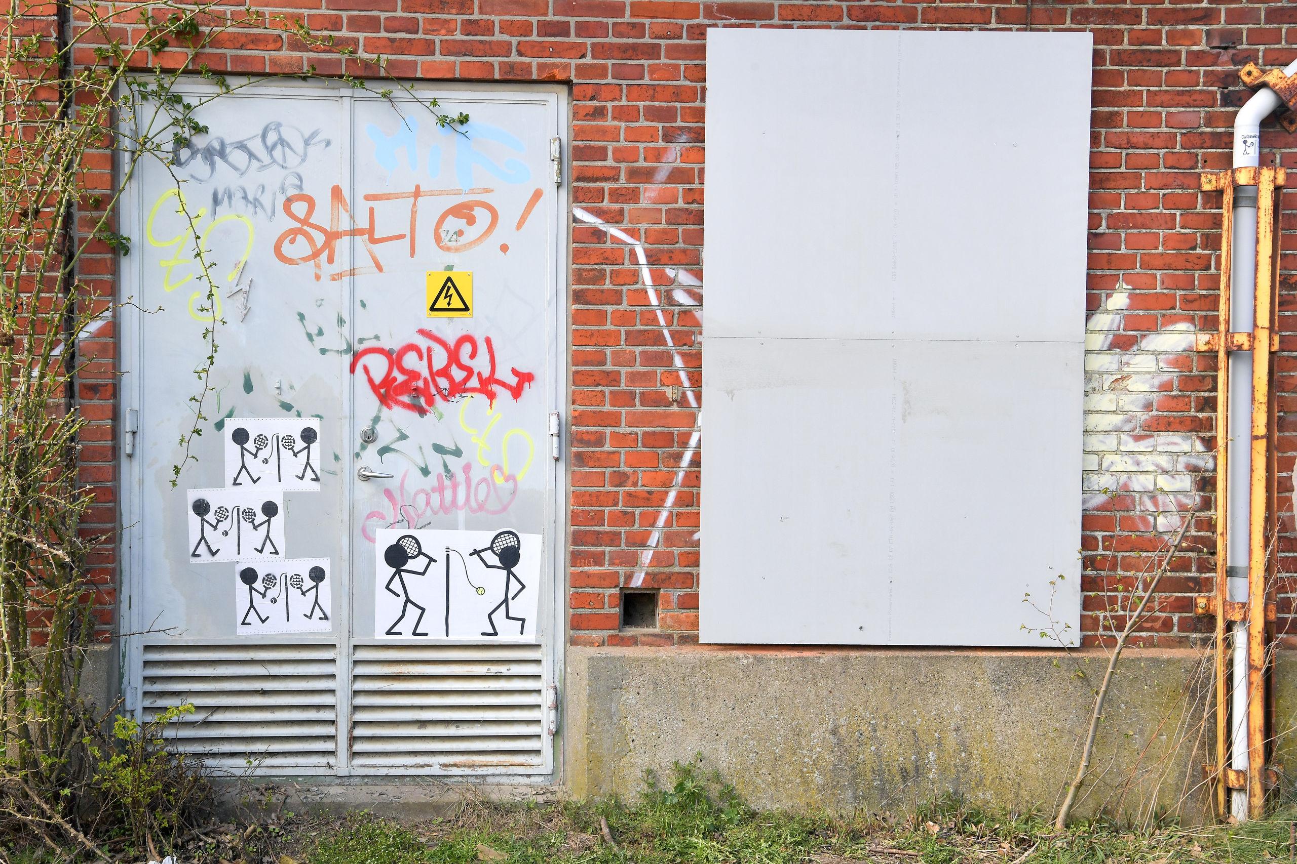 Flere af murene bliver beklædt med plader, der fungerer som lærreder, alle kan komme og male på. Foto: Claus Søndberg